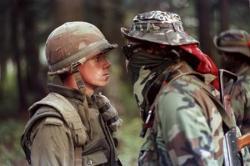 Канадский солдат и индейский воин в 1990 г. во время противостояния